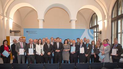 Vertreter aller 18 Modellregionen und des BMVI